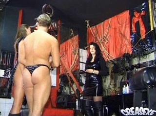 Téléchargement de Jeune fille vierge initiée au plaisirs sado maso