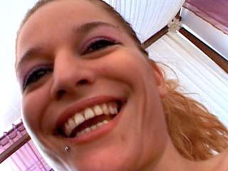 Téléchargement de Carla se fait bourrer férocement en levrette