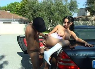 Video porno Tania a bord de sa voiture se fait baiser par le jardinier