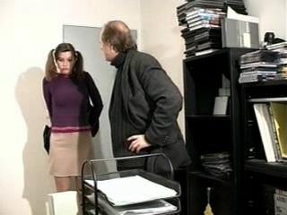 Téléchargement de Une suceuse de queues pour le patron et son assistant