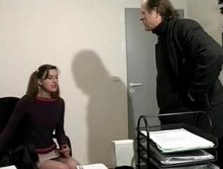 Sexe : Une suceuse de queues pour le patron et son assistant